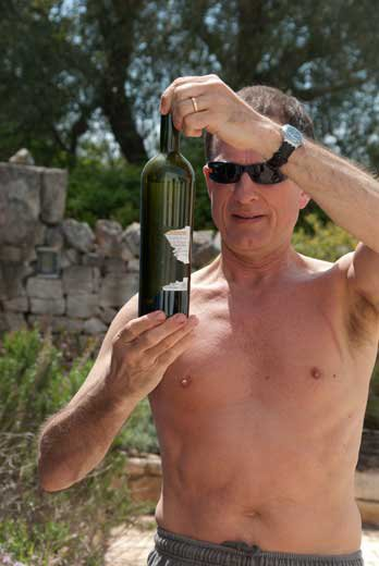 Colavecchia Primitivo - Inspecting the bottle