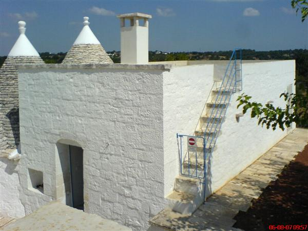 Lamia side view showing stairs to roof