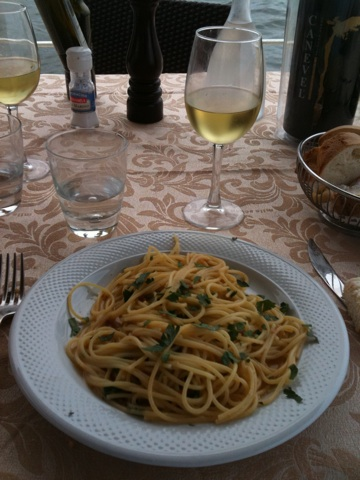 spaghetti con ricci (sea urchin) and a glass of falanghina
