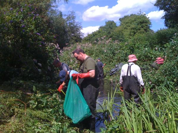 Volunteers cleaning the River Wandle 1/4