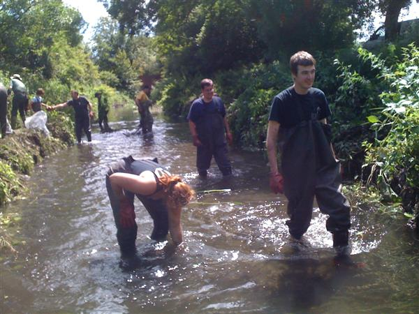 Volunteers cleaning the River Wandle 3/4